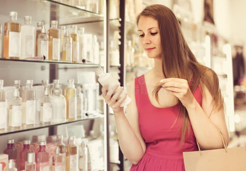 在商城的女性选择香水调节剂 库存照片
