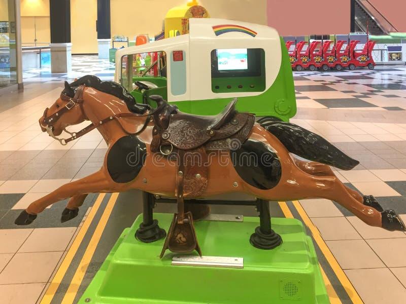 在商城的投入硬币后自动操作的柴尔兹机械马乘驾 库存照片