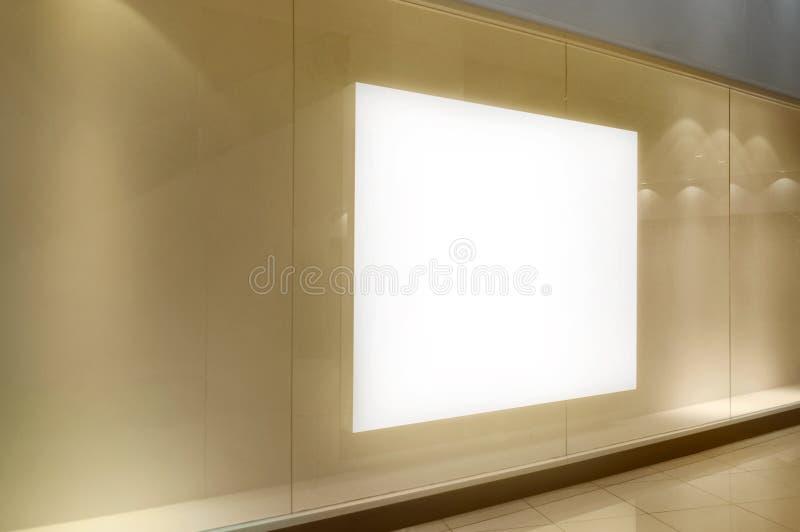 在商城的空的空白的广告牌 库存图片
