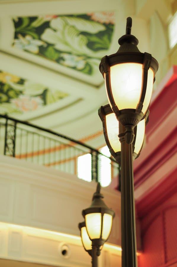 在商城的葡萄酒路灯柱 图库摄影