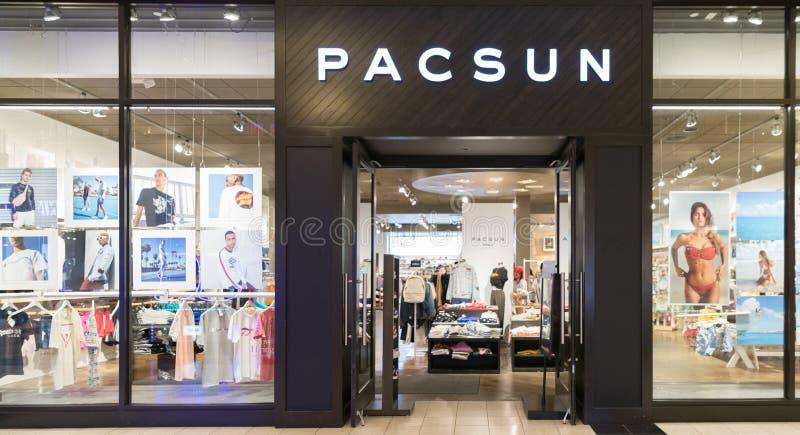 在商店前面标志的Pacsun商标 免版税图库摄影