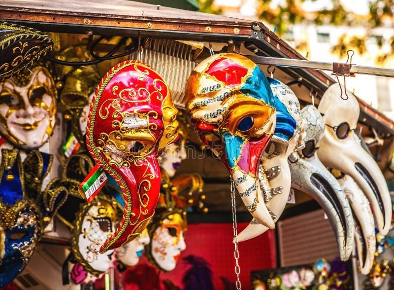 在商店显示的威尼斯式面具在威尼斯 每年狂欢节在威尼斯是在最著名之中在欧洲 免版税库存图片