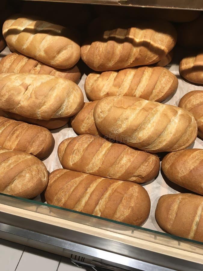 在商店架子显示的新近地被烘烤的白色长的大面包面包特写镜头  库存照片