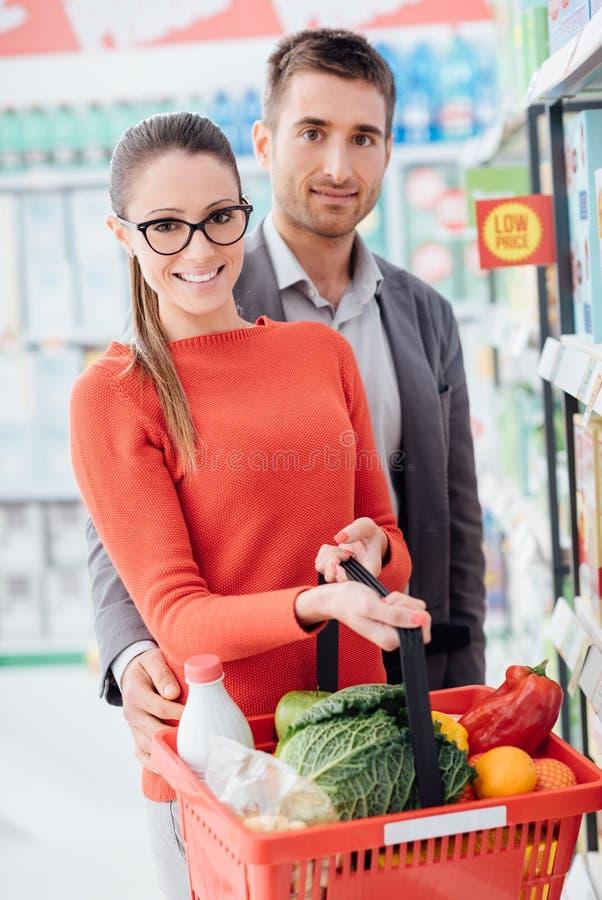 在商店的愉快的夫妇购物 免版税库存图片