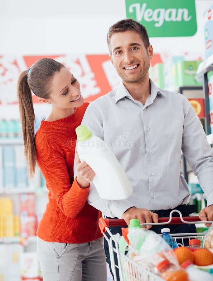 在商店的愉快的夫妇购物 库存图片