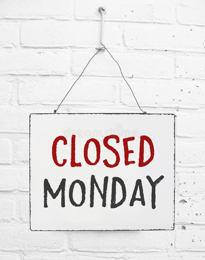 在商店的星期一横幅不开放标志关闭的文本板 免版税图库摄影