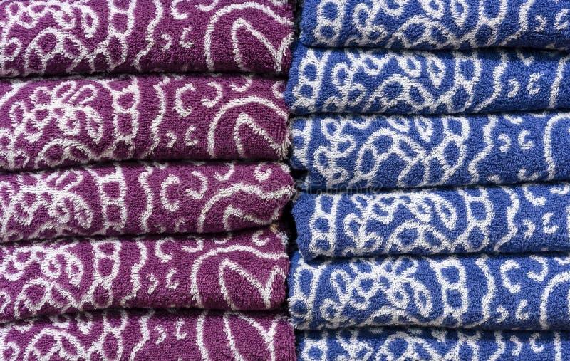 在商店的柜台的被折叠的特里毛巾 背景毛巾 免版税图库摄影