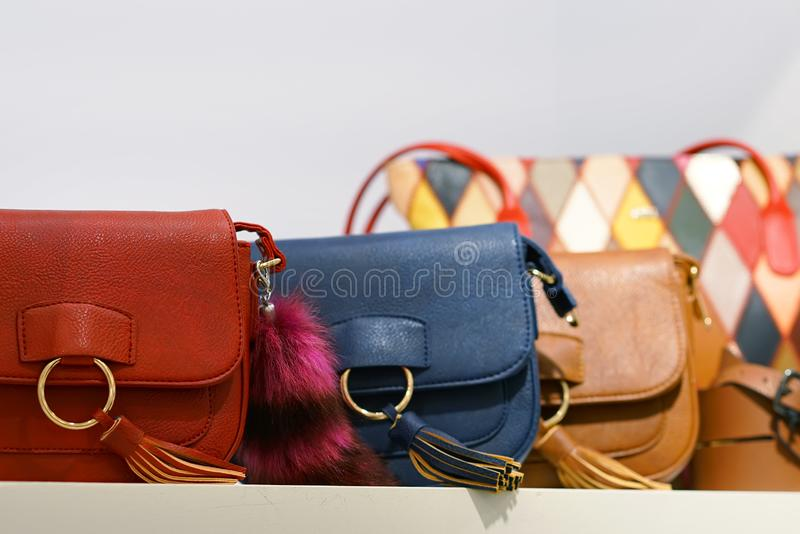 在商店窗口的五颜六色的袋子 库存照片