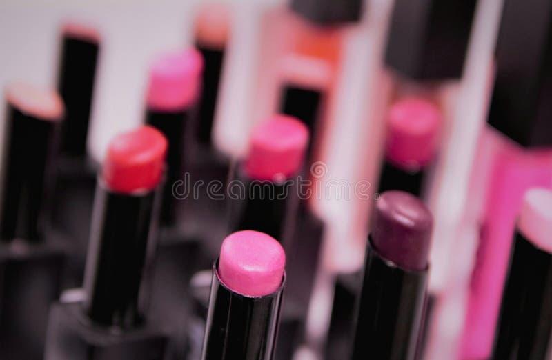 在商店窗口的唇膏调色板,桃红色,珊瑚,红色,时兴的温暖和冷的颜色,迷离,选择聚焦伽玛  免版税库存图片