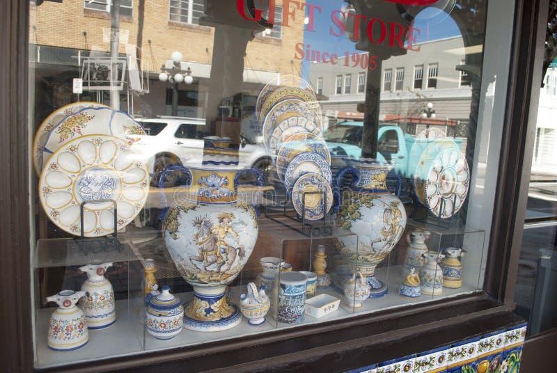 在商店窗口的西班牙陶瓷 免版税库存照片
