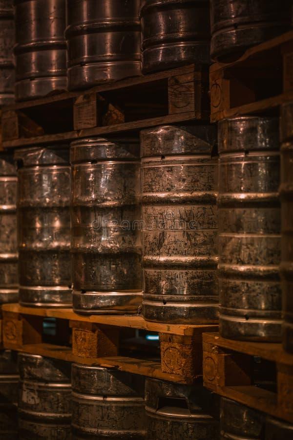 在啤酒厂堆积的发光的铝啤酒桶 库存照片