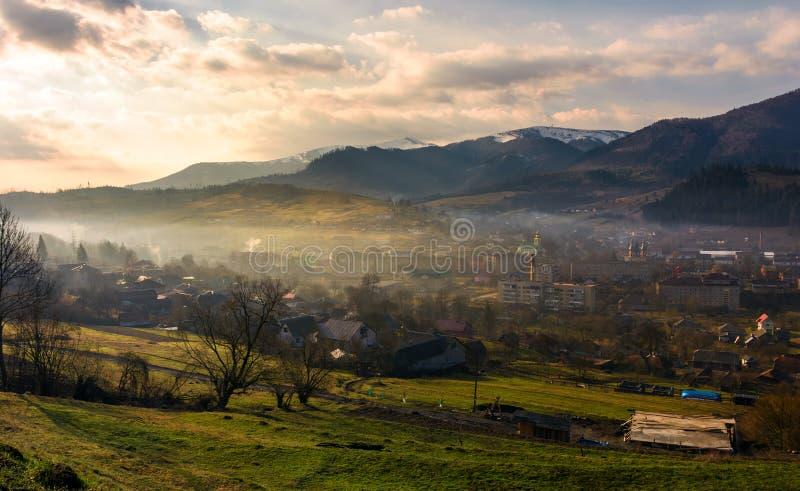 在喀尔巴阡山脉的多云和有雾的日出 图库摄影