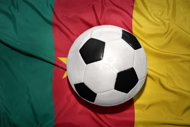 在喀麦隆的国旗的黑白橄榄球球 免版税库存照片