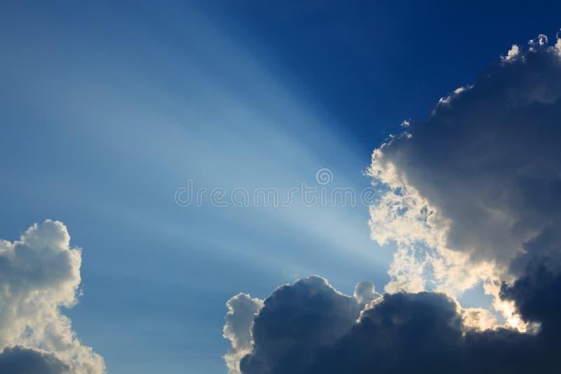 在喜怒无常的天空的光线 免版税库存照片