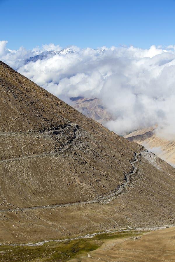 在喜马拉雅山山的喜马拉雅风景沿Manali - Leh高速公路 喜马偕尔邦,拉达克,印度 大山,土路, 免版税库存照片