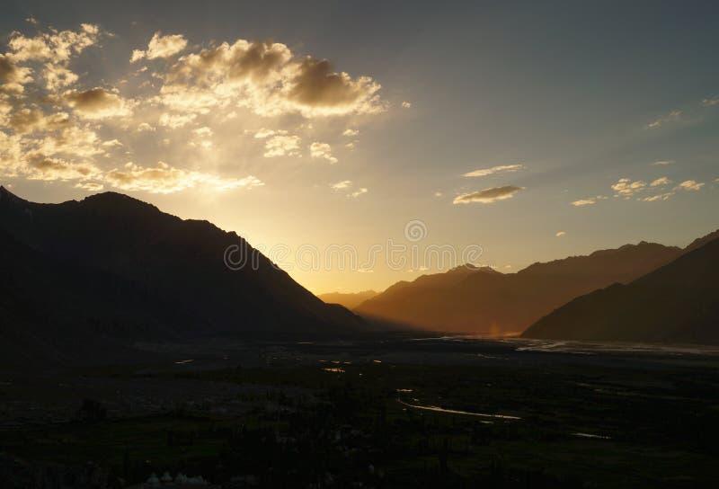 在喜马拉雅山山的日落在Diskit Gom附近的Nubra谷 库存照片