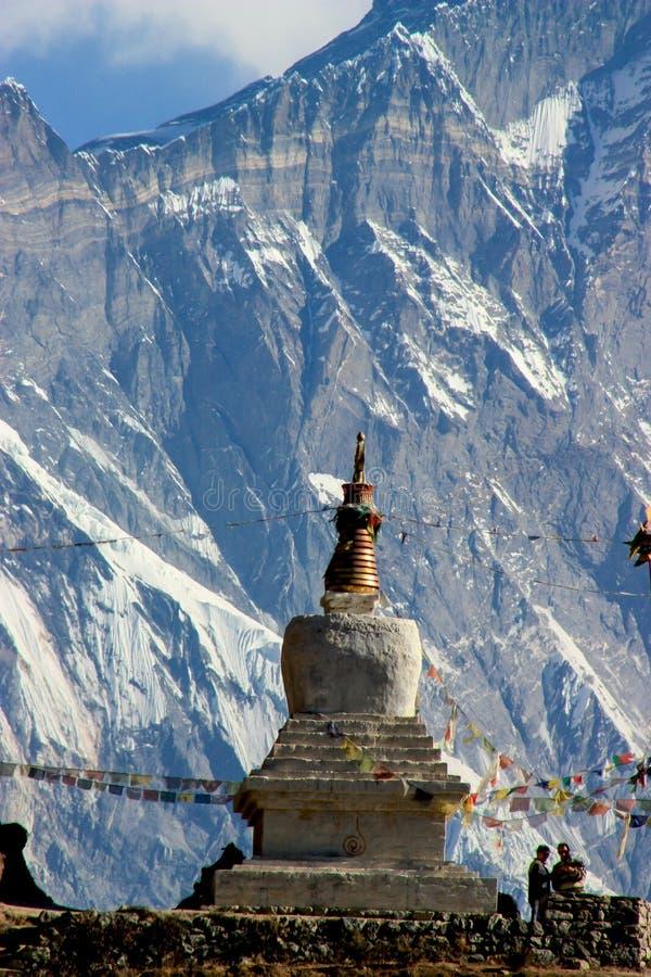 在喜马拉雅山的一个佛陀寺庙与祷告旗子 免版税库存图片