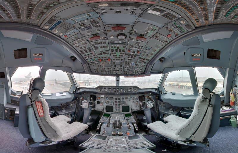 在喷气式飞机里面的驾驶舱 免版税库存图片