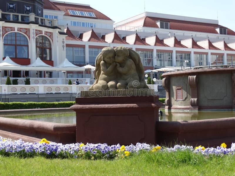 在喷泉的两个天使 免版税库存照片