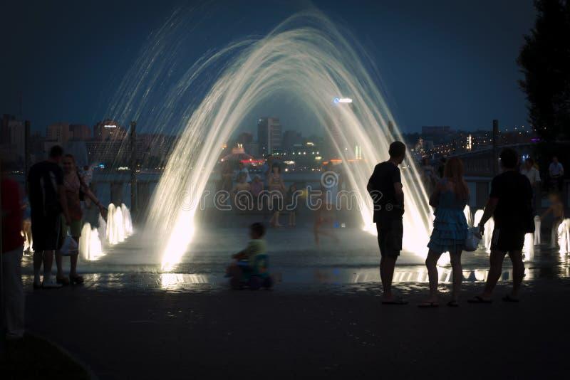 在喷泉的晚上在江边 库存照片