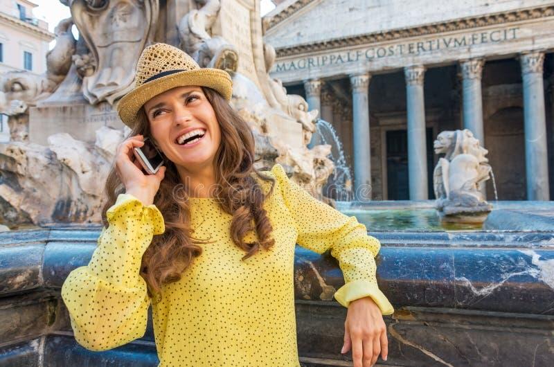 在喷泉附近的妇女谈的手机在罗马 图库摄影
