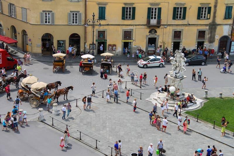 在喷泉附近的游人有天使的在比萨,意大利 免版税库存图片