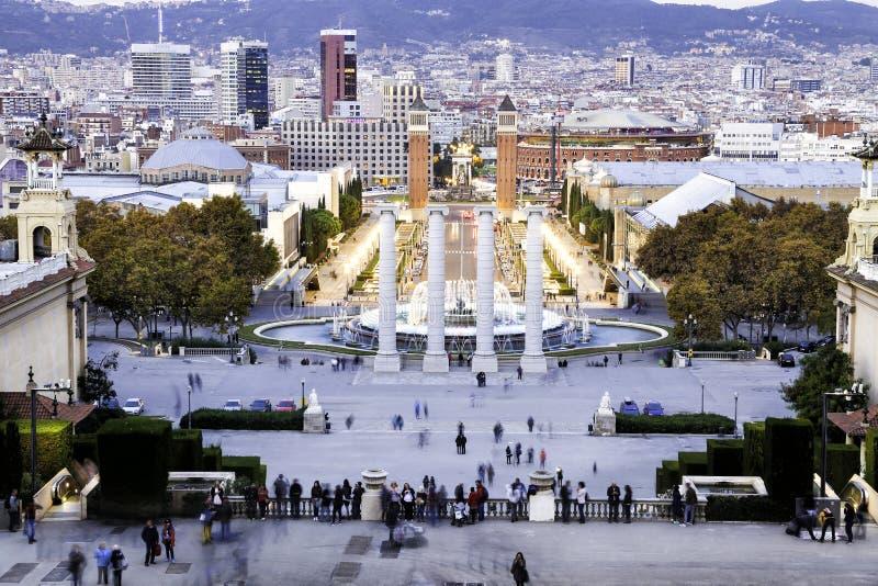 在四个专栏附近的旅游人临近广场de西班牙,巴塞罗那 库存照片