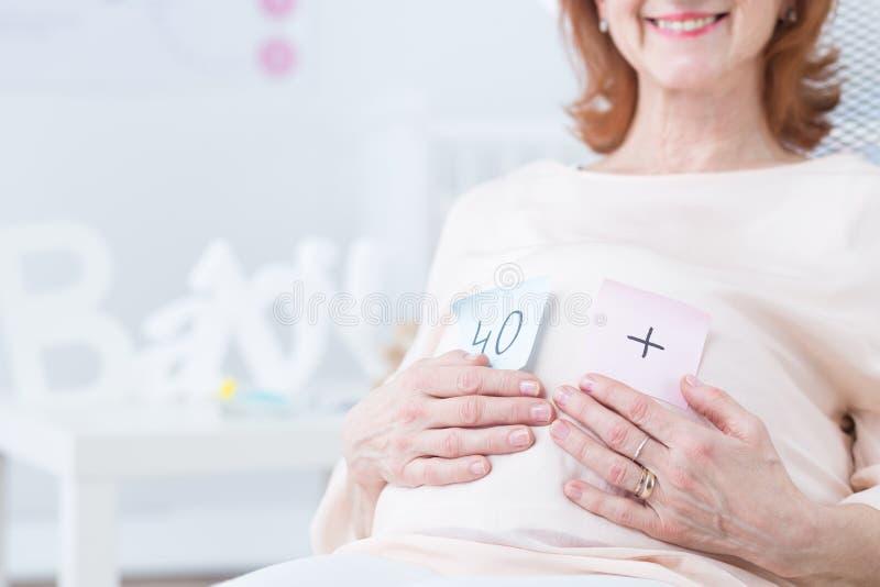在四十以后的怀孕 免版税图库摄影