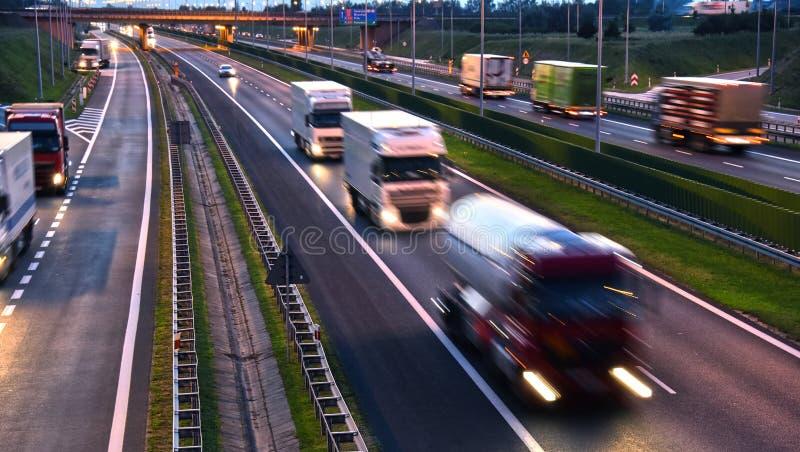 在四车道的受控通入高速公路的卡车在波兰 免版税库存照片