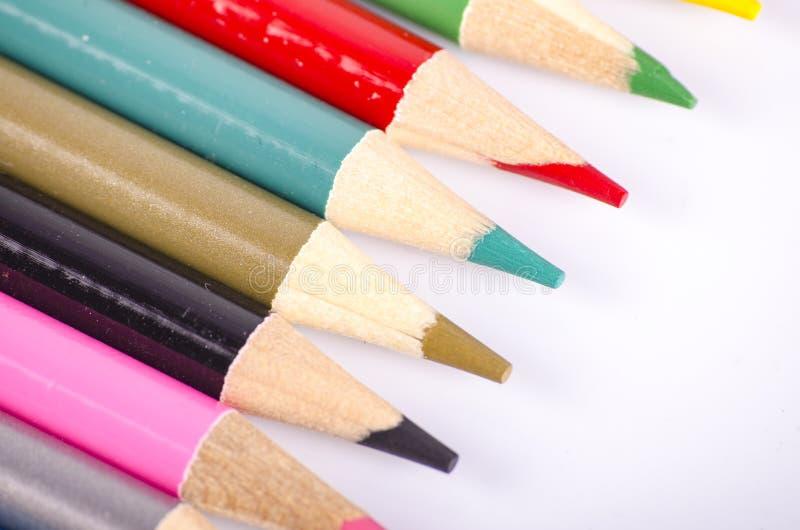 在回到学校和教育概念的白色背景理想堆积的五颜六色的颜色铅笔 库存图片