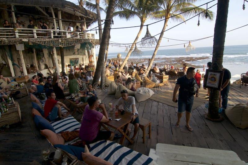 在回声海滩巴厘岛的美丽的餐馆大阳台 免版税库存照片