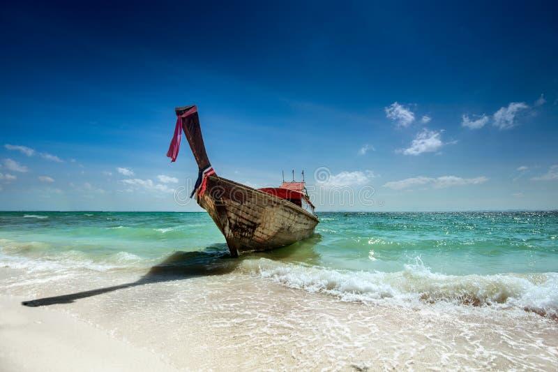 在回归线的平底船兴建的泰国寺庙 免版税图库摄影