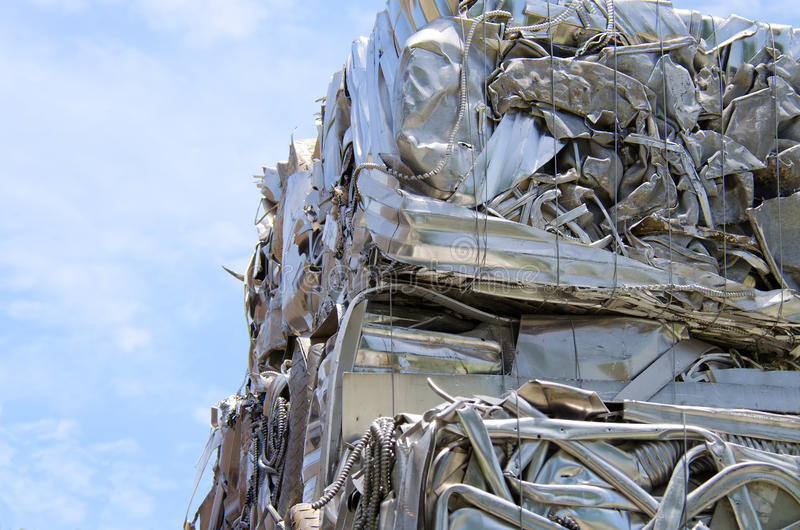 在回收中心的被击碎的变紧密的金属 图库摄影