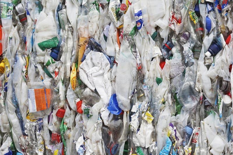 在回收厂的变紧密的垃圾 库存图片