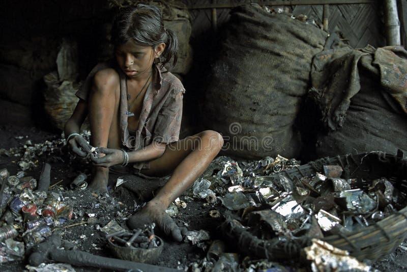 在回收电池,孟加拉国的童工 免版税库存照片