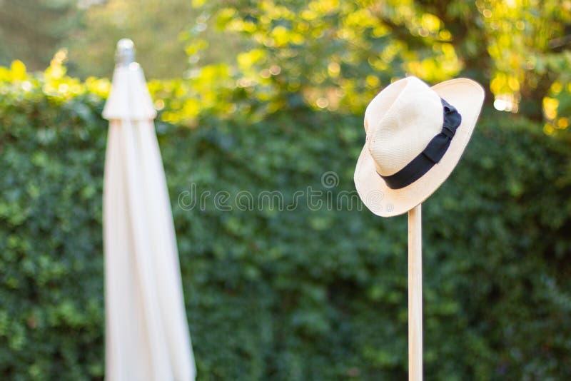 在园艺工具概念的破旧的草帽为从事园艺,休息,被完成的工作射击了 免版税库存图片