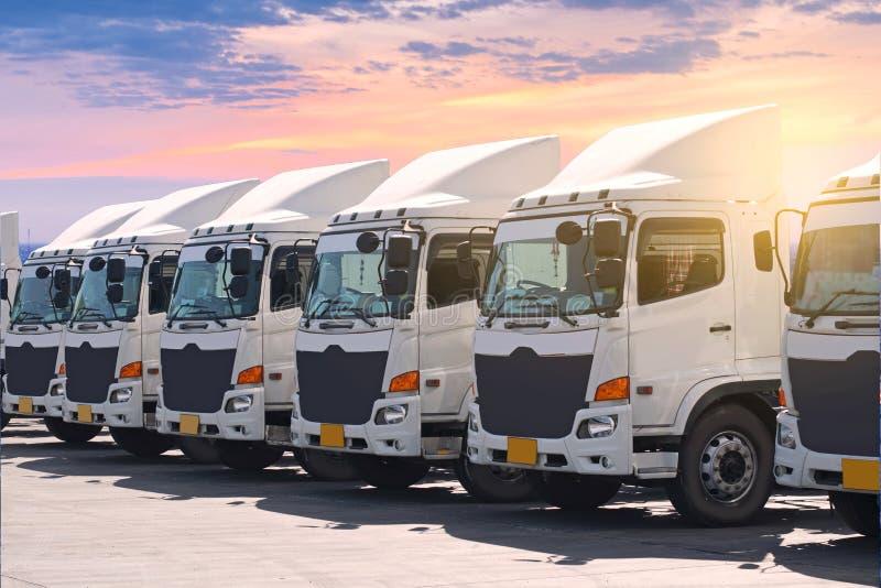 在围场的新的运输卡车舰队 库存图片