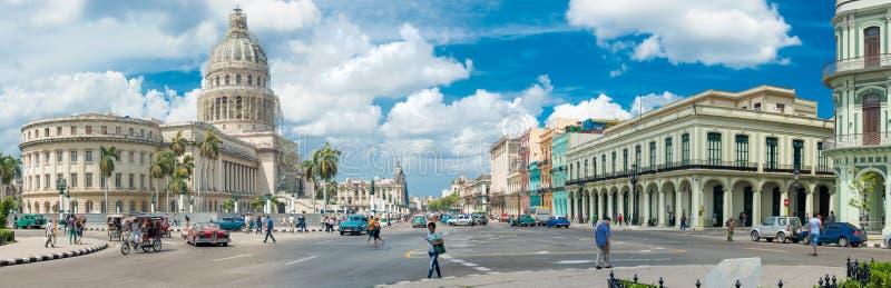 在国会大厦旁边的街道场面在哈瓦那旧城 免版税图库摄影