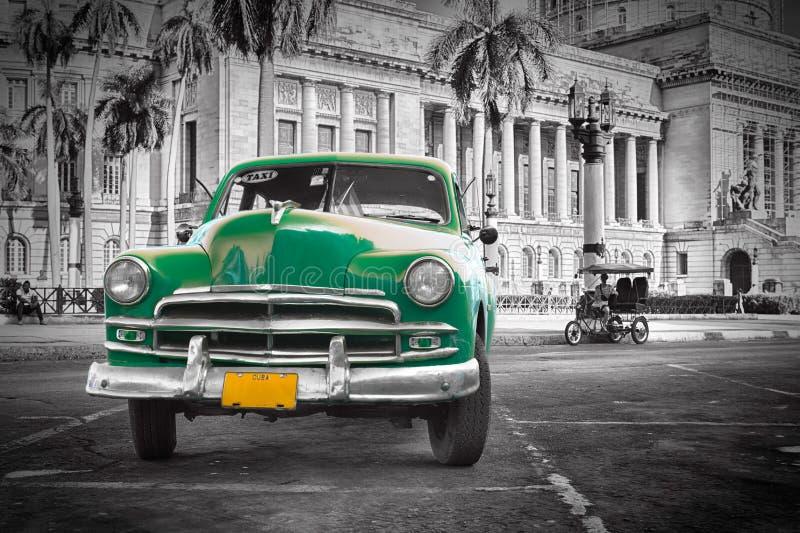 在国会大厦, Havanna古巴的绿色老汽车 库存图片