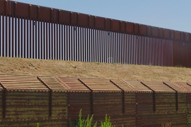 在国家之间的长的墙壁 免版税库存图片