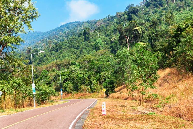 在国家公园导致鬼城小山驻地的被放弃的旅馆Bokor宫殿的Bokor山的美丽如画的路在Kampo附近 库存图片