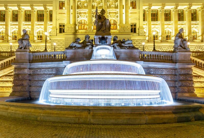 在国家博物馆前面的喷泉瓦茨拉夫广场的在晚上,布拉格,捷克 免版税库存照片