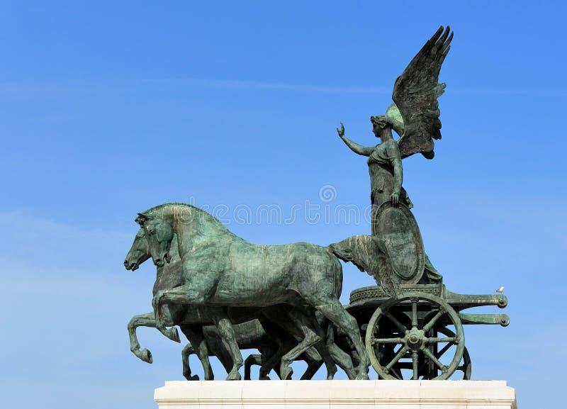 在国家历史文物顶部的雕塑对胜者伊曼纽尔II (Alt 库存图片