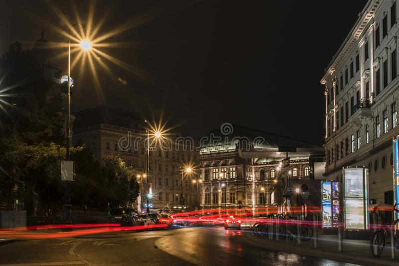 在国家歌剧院剧院的夜视图在维也纳,奥地利 免版税库存图片