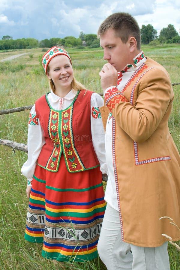 在国家白俄罗斯语的衣裳的新夫妇。 库存照片