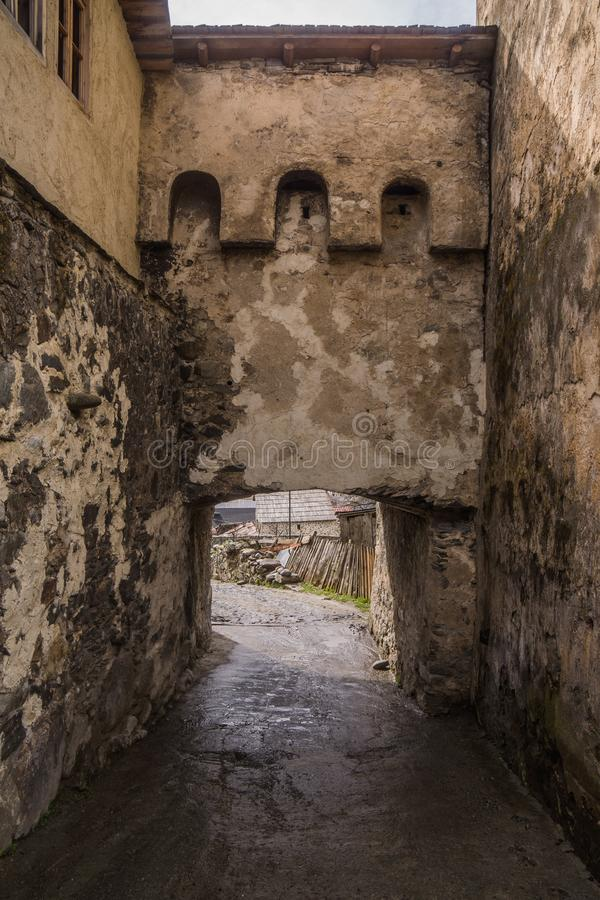 在国家街道上的曲拱在mestia 免版税图库摄影