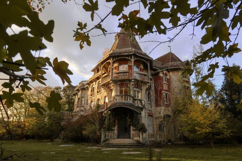 在国家边的被放弃的城堡在秋天期间 免版税图库摄影