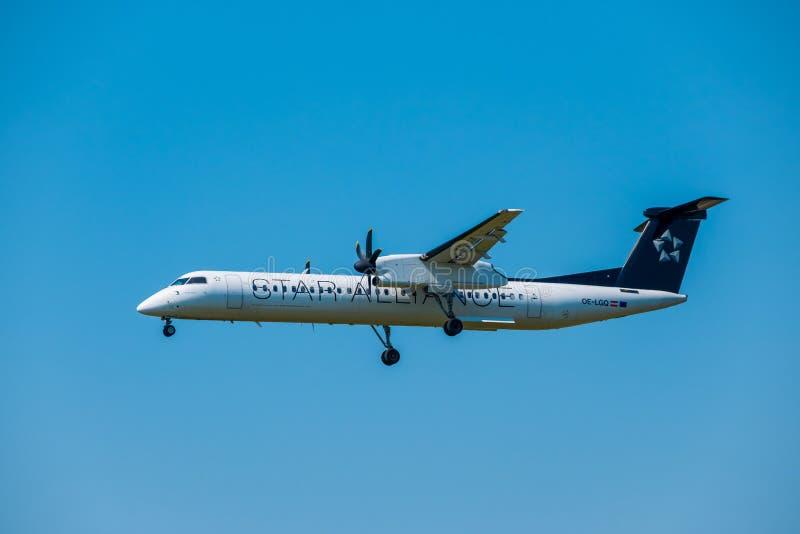 在国际机场担任主角联盟航空公司Bomardier破折号8 Q400飞机为登陆做准备在天时间 库存照片