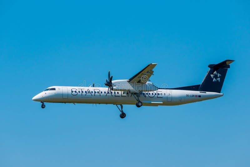 在国际机场担任主角联盟航空公司Bomardier破折号8 Q400飞机为登陆做准备在天时间 图库摄影