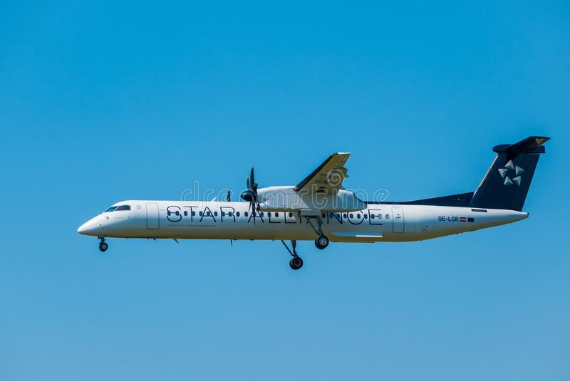 在国际机场担任主角联盟航空公司Bomardier破折号8 Q400飞机为登陆做准备在天时间 免版税库存照片